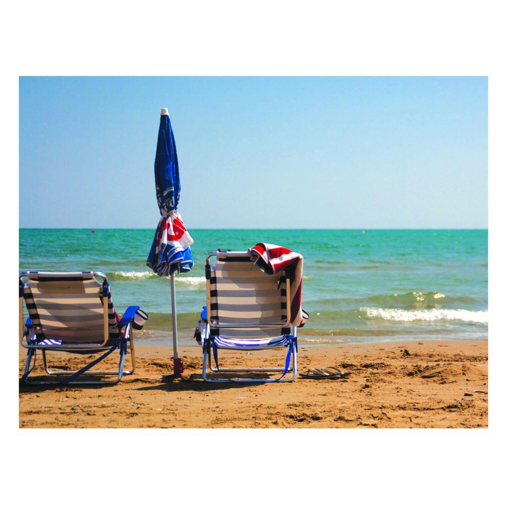 una silla en la playa